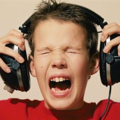 Resultado de imagem para usando fones de ouvido